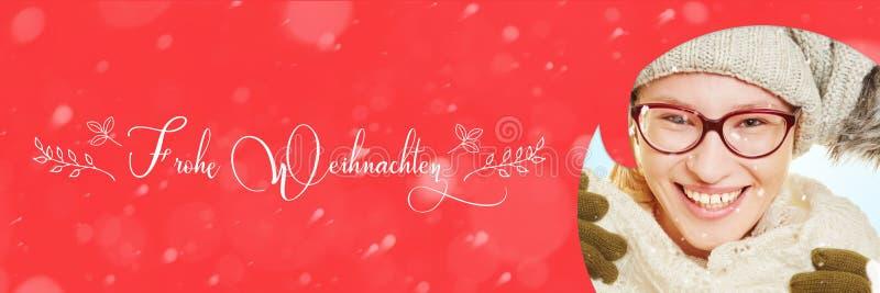 Mulher com o cartão para o Natal e a neve fotos de stock royalty free