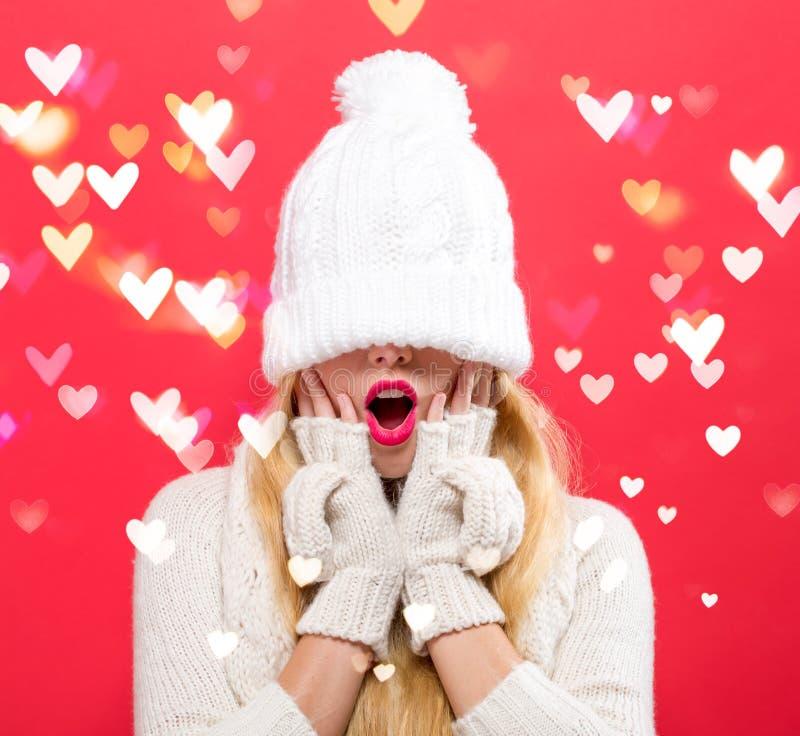 A mulher com o chapéu da malha do inverno puxou sobre seus olhos foto de stock