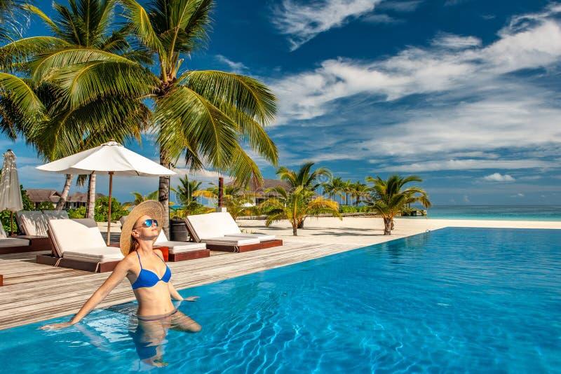 Mulher com o chapéu na associação da praia em Maldivas imagens de stock royalty free