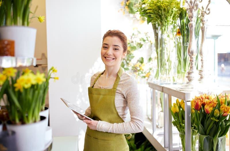 Mulher com o computador do PC da tabuleta no florista fotos de stock