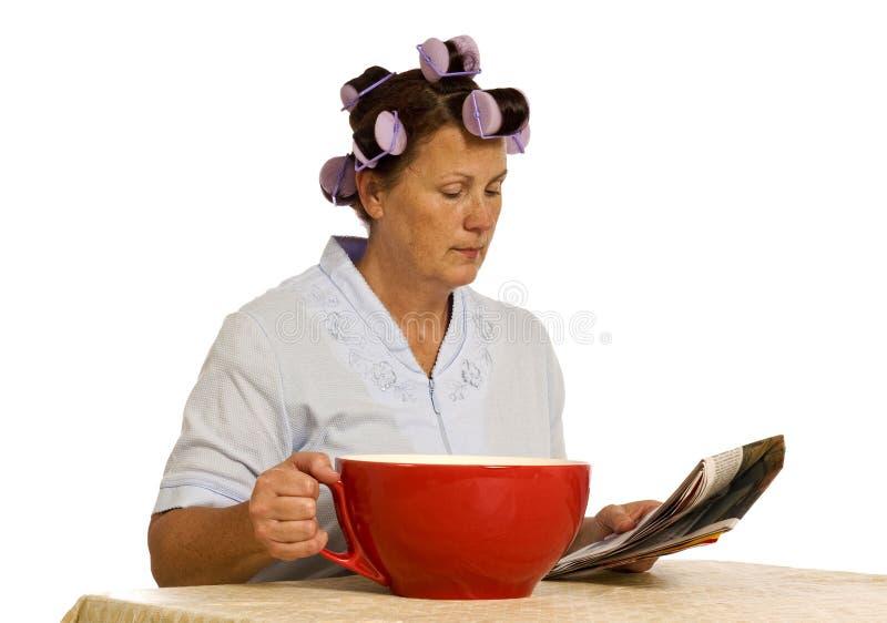 Mulher com o copo de café gigante para LOTES da cafeína fotos de stock royalty free