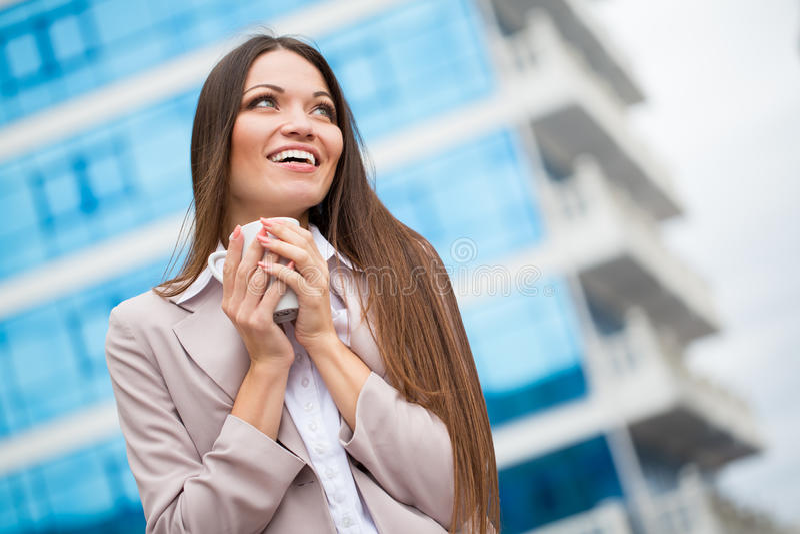Mulher com o copo nas mãos fotos de stock royalty free