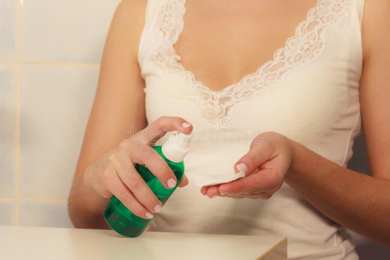 Mulher com o cotonete de algodão que limpa sua pele fotografia de stock royalty free