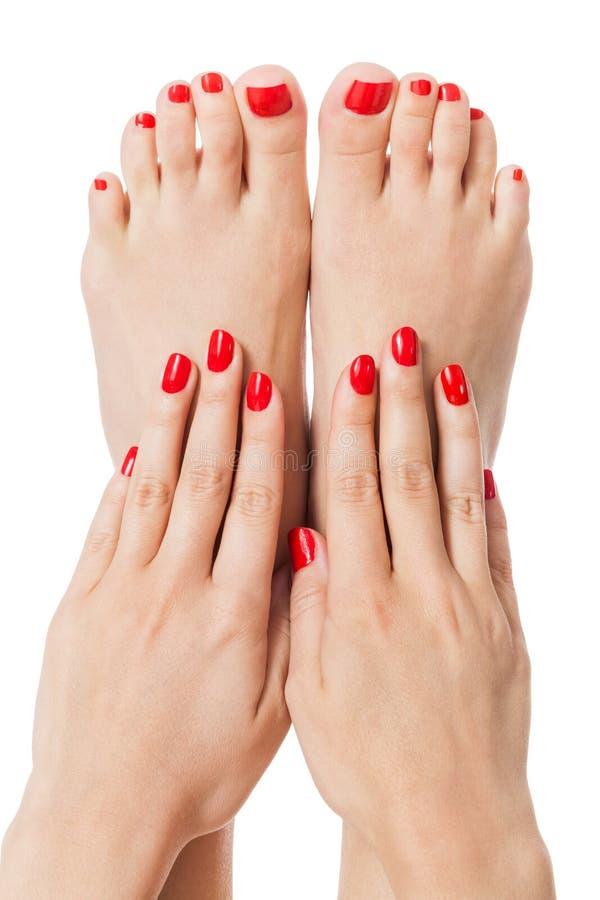 Mulher com o dedo e as unhas do pé vermelhos bonitos imagens de stock