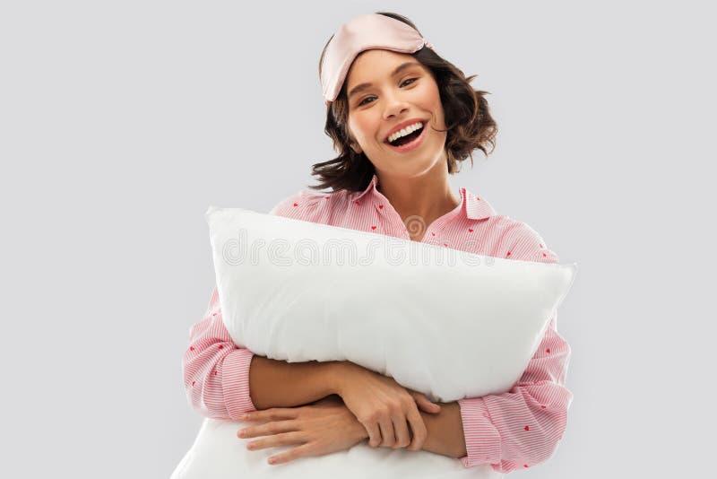 Mulher com o descanso na m?scara do sono do pijama e do olho imagens de stock