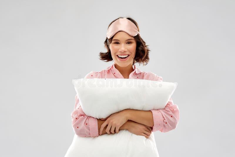 Mulher com o descanso na m?scara do sono do pijama e do olho imagens de stock royalty free