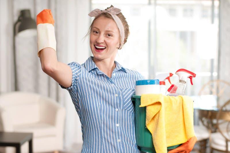 Mulher com o detergente para a casa limpa fotografia de stock