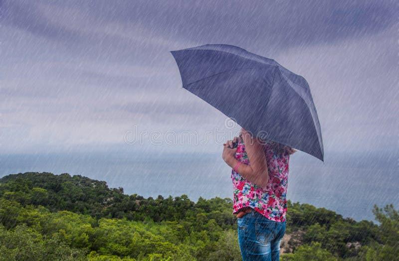Mulher com o guarda-chuva na chuva imagens de stock