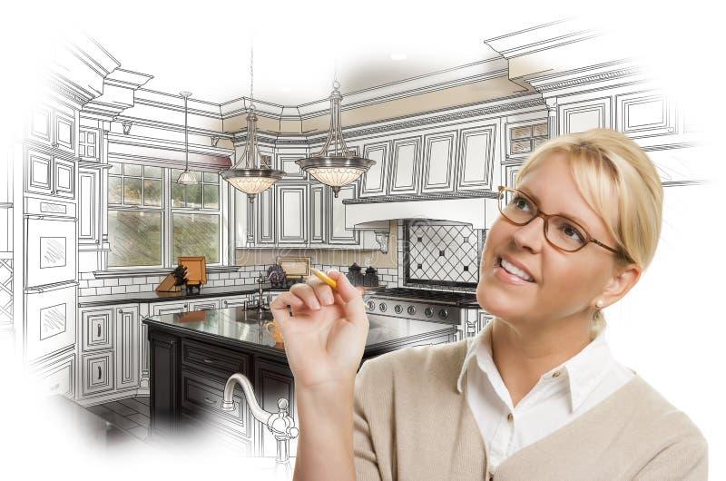 Mulher com o lápis sobre o desenho de projeto da cozinha e a foto feitos sob encomenda C imagem de stock