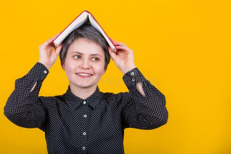 Mulher com o livro na cabeça imagens de stock
