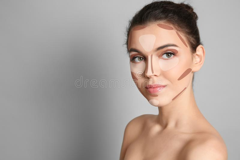 Mulher com o mapa de contorno facial da composição e espaço para o texto no fundo cinzento fotografia de stock royalty free