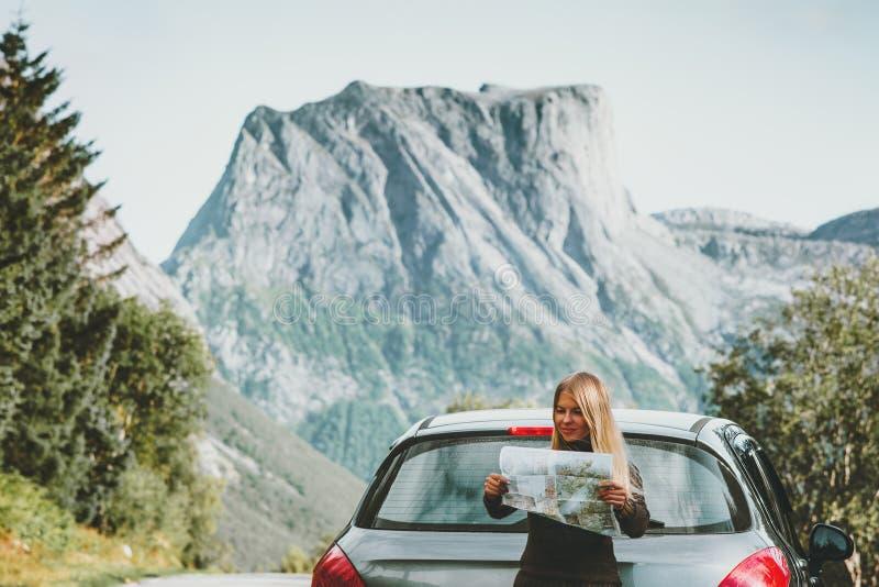 A mulher com o mapa na rota da viagem do planeamento da viagem por estrada na aventura do conceito do estilo de vida do curso de  fotografia de stock