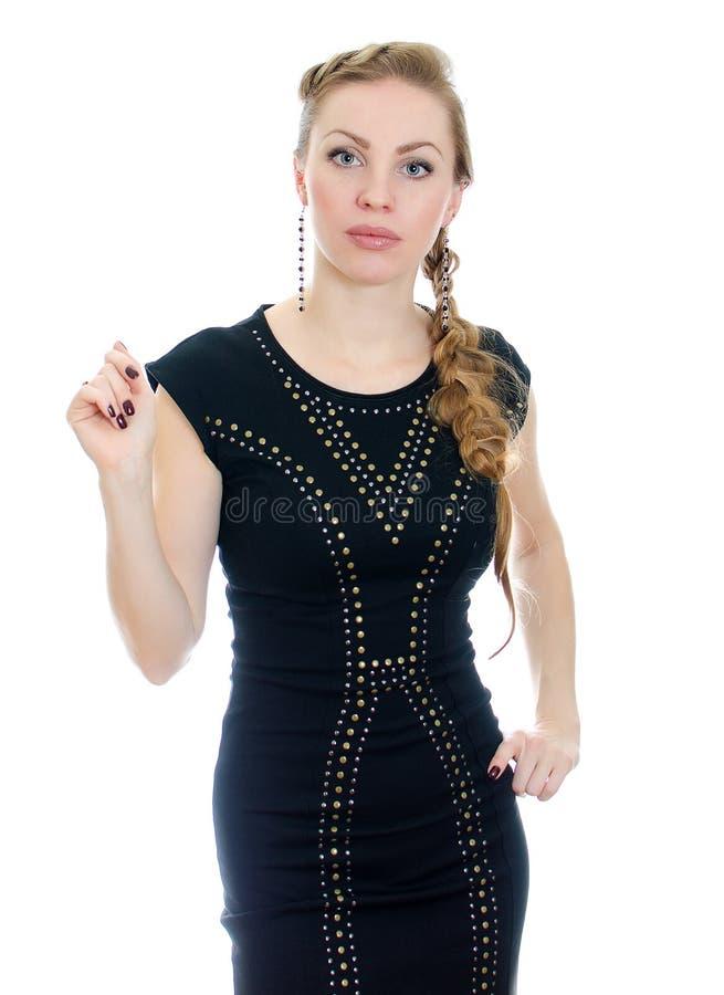 Mulher com o pigtail no vestido preto imagem de stock