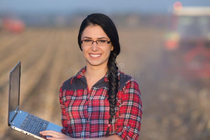 Mulher com o portátil no campo imagens de stock