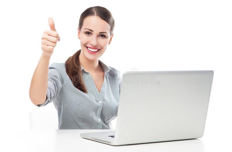 Mulher com o portátil que mostra os polegares acima imagens de stock royalty free