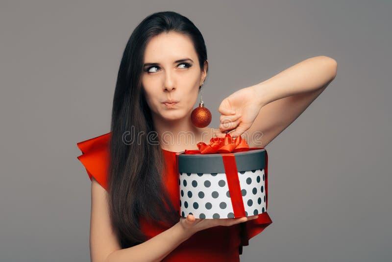 Mulher com o presente de Natal pronto para o partido do encanto foto de stock