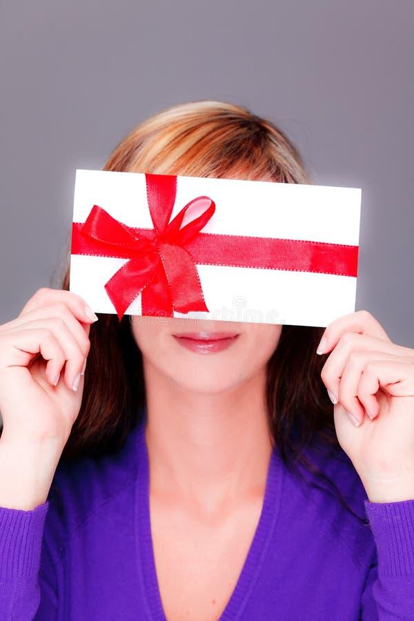 Mulher com o presente do cartão do vale do bônus imagens de stock royalty free