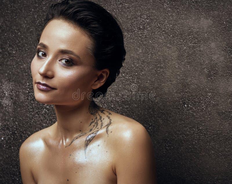 Mulher com o retrato do estúdio da beleza da tatuagem foto de stock royalty free