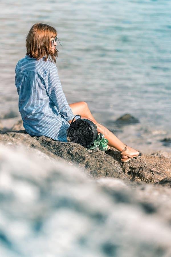 Mulher com o saco à moda elegante do rattan e o lenço da seda fora Ilha tropical de Bali, Indonésia Bolsa do Rattan e fotos de stock royalty free