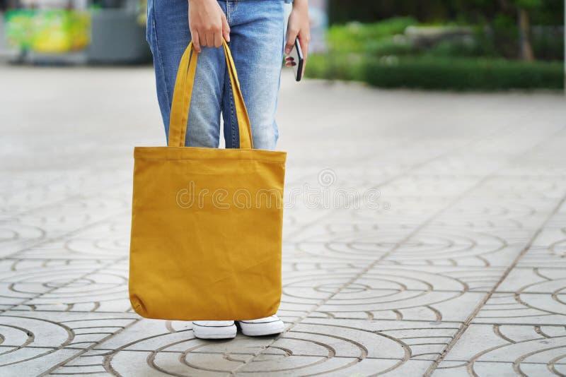 mulher com o saco da tela para comprar no armazém fotos de stock