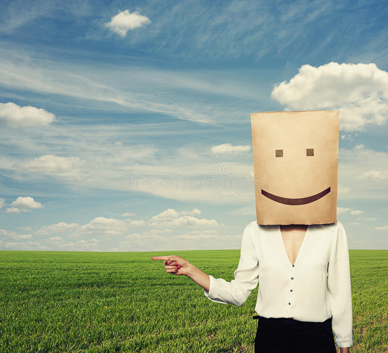 Mulher com o saco de papel na cabeça em exterior foto de stock
