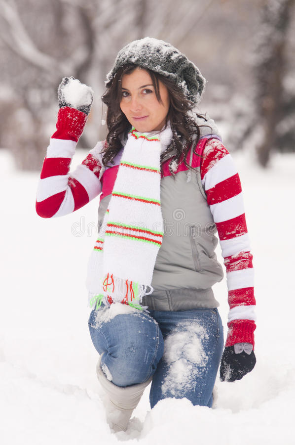 Mulher com o snowball no inverno fotografia de stock