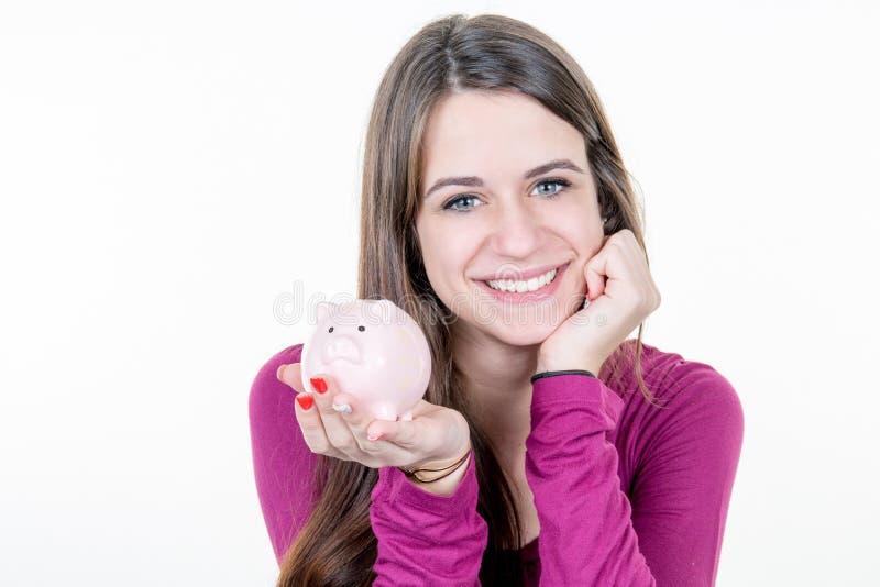 Mulher com o sorriso do mealheiro feliz investir dentro como o perito financeiro que faz planos para salvar o dinheiro imagens de stock