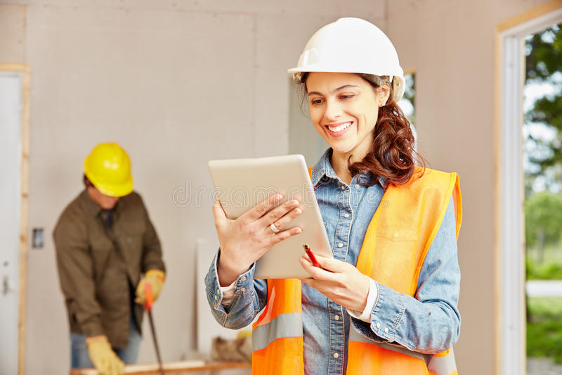 Mulher com o tablet pc como o arquiteto novo foto de stock