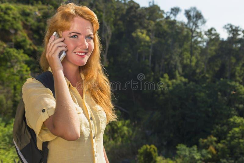Mulher com o telefone fotografia de stock