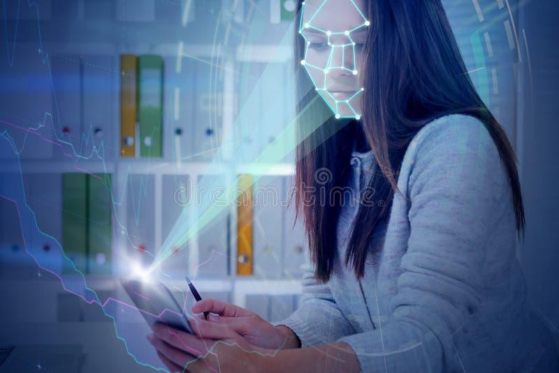 Mulher com o telefone no escritório, gráfico do reconhecimento de cara fotos de stock royalty free