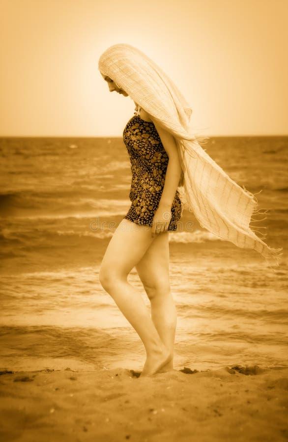 Mulher com o véu na praia ensolarada calma foto de stock royalty free