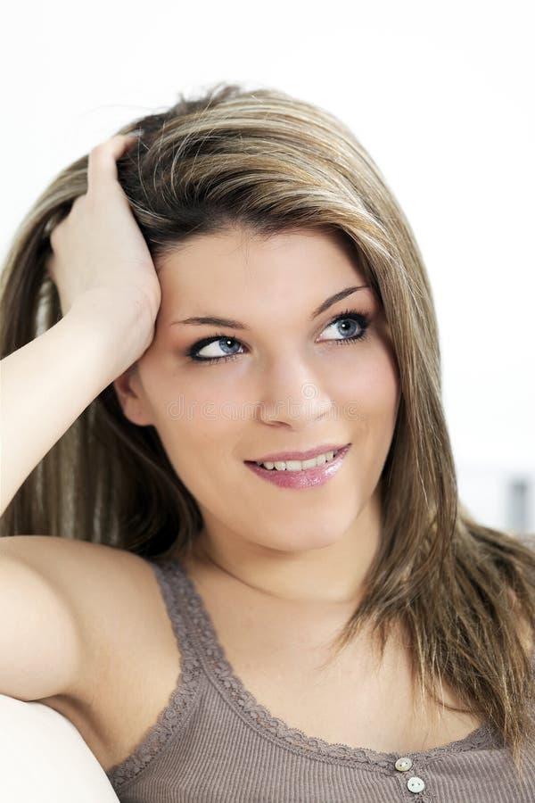 Mulher com olhos azuis em casa imagens de stock