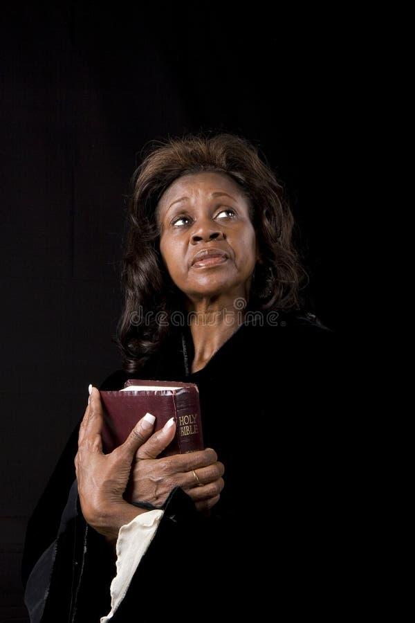 Mulher com olhos da Bíblia imagens de stock royalty free