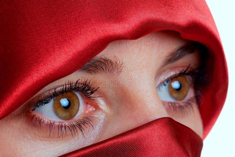 Mulher com olhos marrons e o véu vermelho fotografia de stock