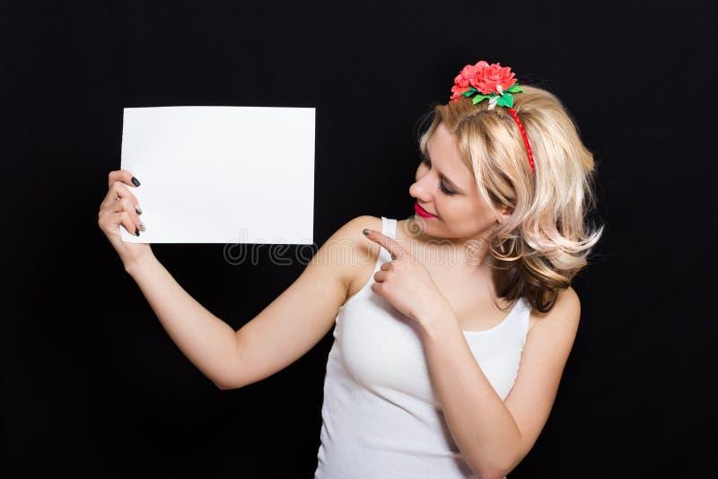 Mulher com ondas do louro e batom vermelho na borda com guardar vermelho das flores foto de stock royalty free