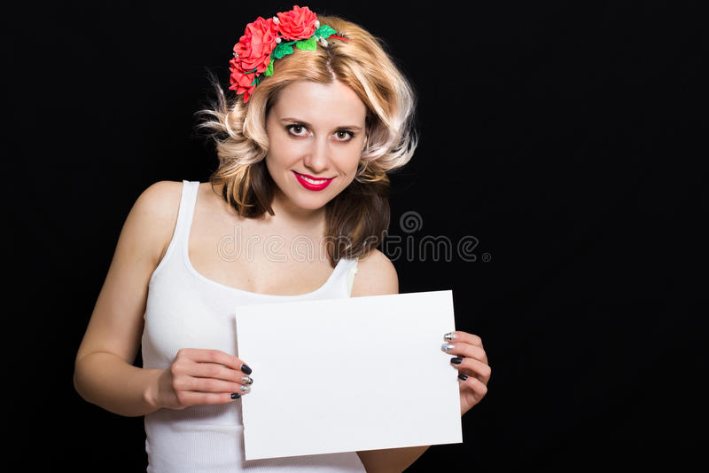 Mulher com ondas do louro e batom vermelho na borda com guardar vermelho das flores imagens de stock