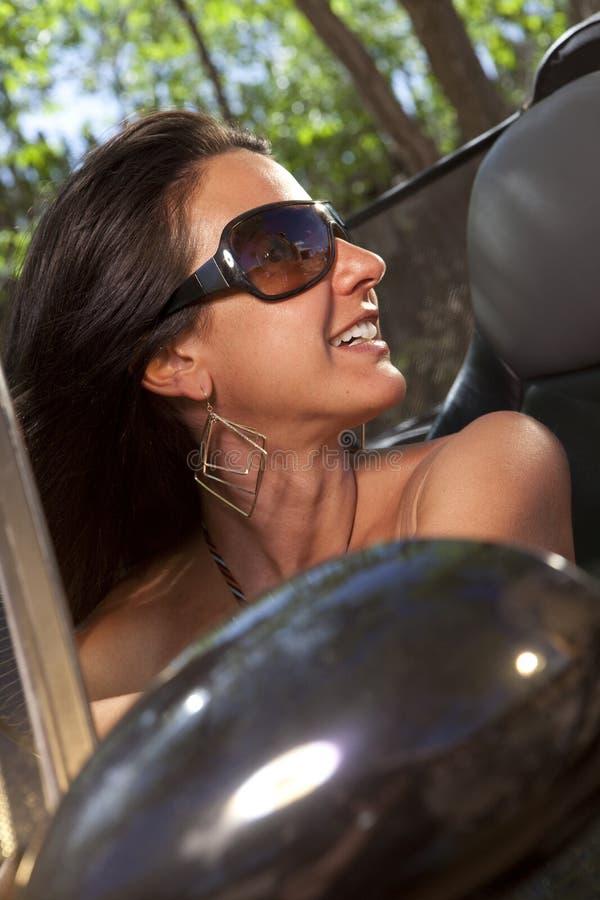 Mulher com os óculos de sol que conduzem o Convertible foto de stock