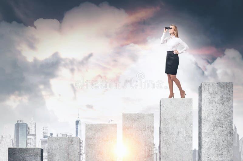 Mulher com os binóculos no gráfico grande fotos de stock royalty free