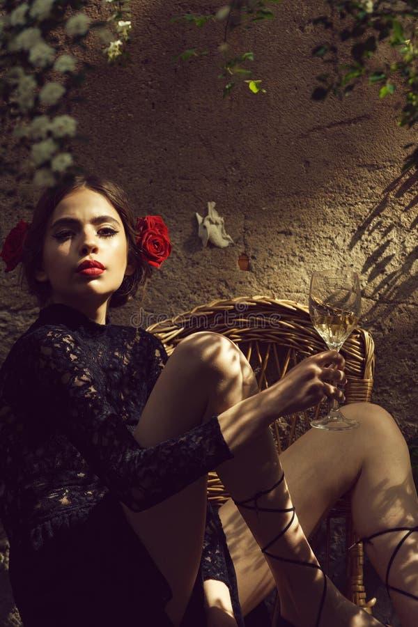 Mulher com os bordos vermelhos à moda que guardam o vidro de vinho fotos de stock