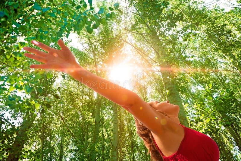 Mulher com os braços abertos na natureza fotografia de stock