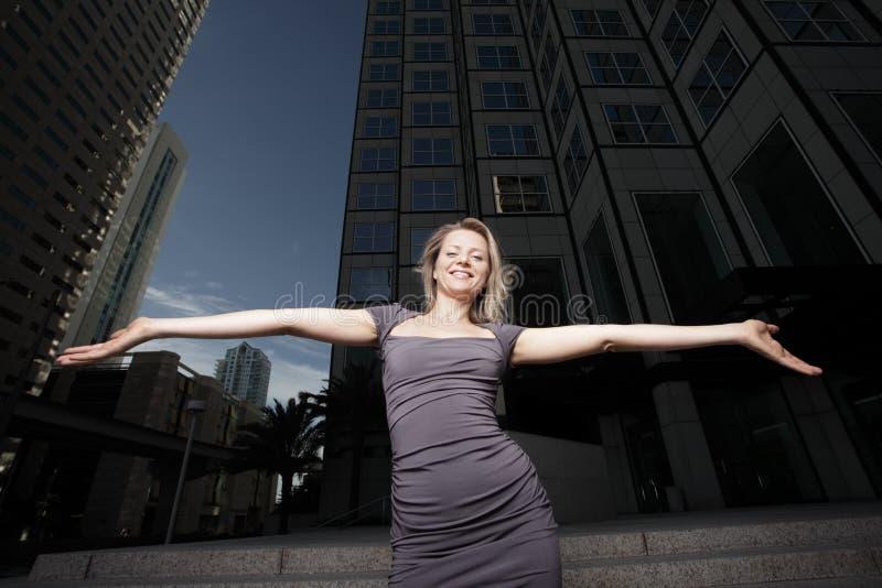 Mulher com os braços outstretched imagens de stock