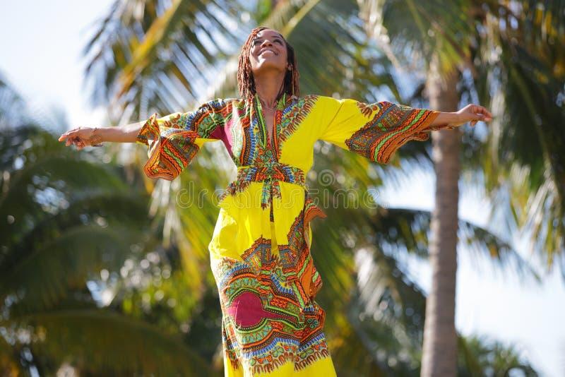 Mulher com os braços outstretched foto de stock