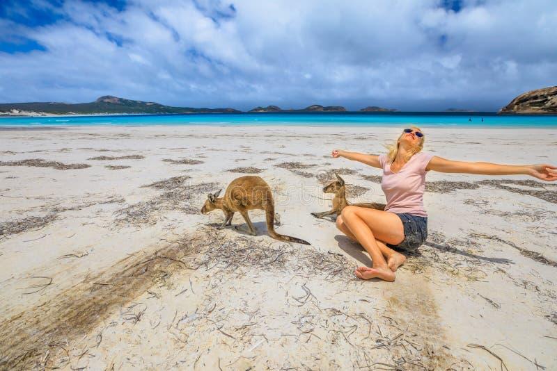 Mulher com os cangurus em Lucky Bay fotos de stock