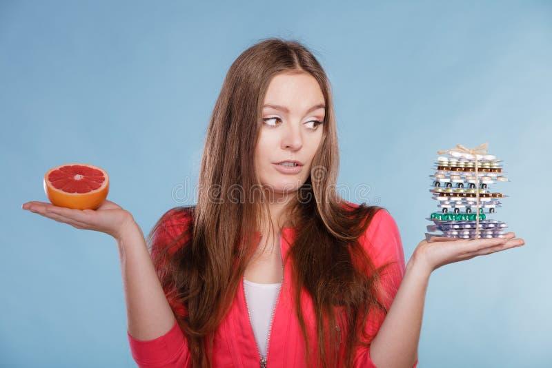 Mulher com os comprimidos e a toranja da perda de peso da dieta fotografia de stock