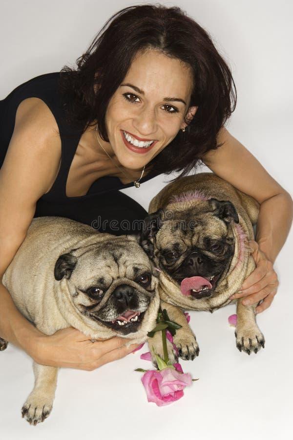 Mulher com os dois cães do Pug. imagem de stock royalty free