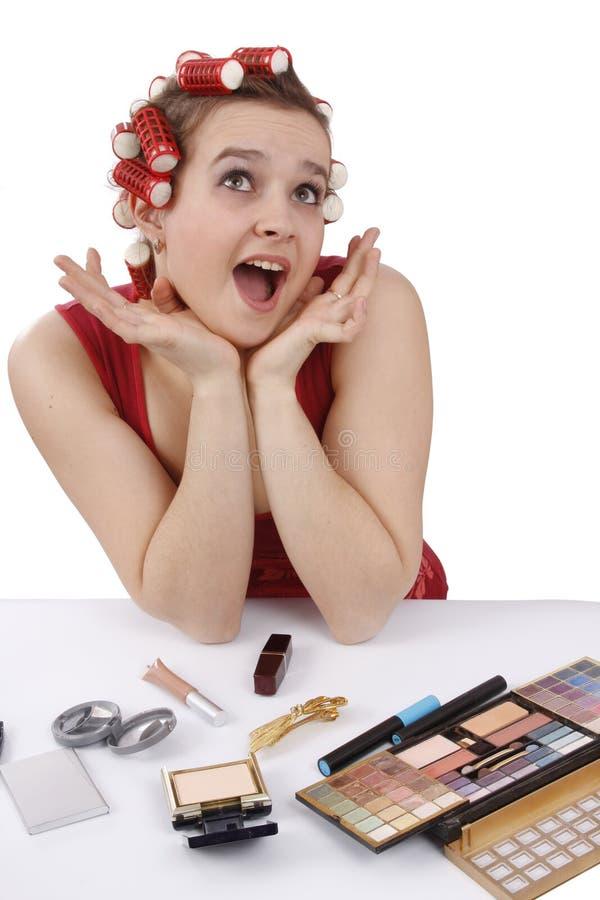 Mulher com os encrespadores em seu cabelo que olha surpreendido. foto de stock royalty free