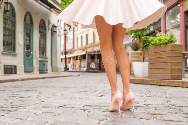 Mulher com os pés bonitos que vestem sapatas do salto alto fotos de stock royalty free