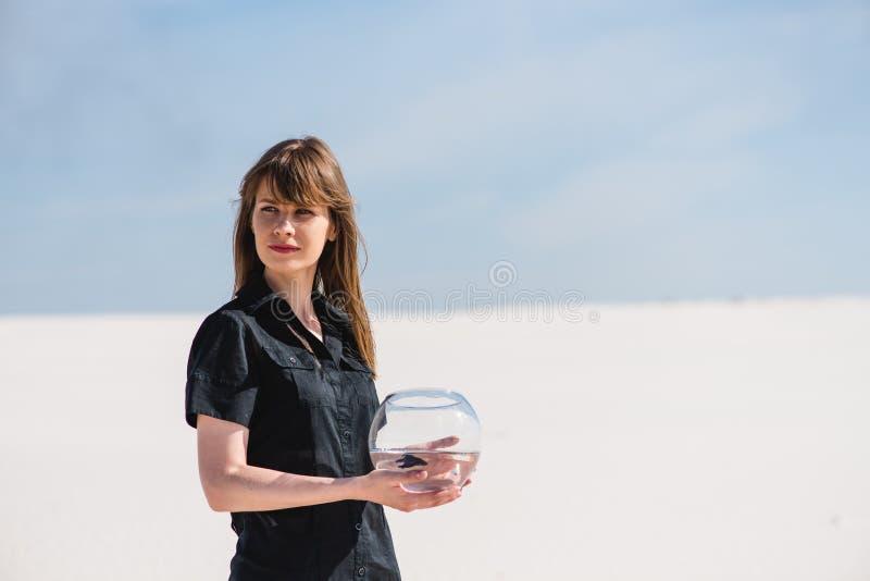 Mulher com os peixes do aquário no deserto fotografia de stock