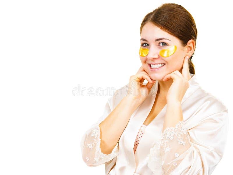 Mulher com os remendos do ouro sob os olhos foto de stock royalty free