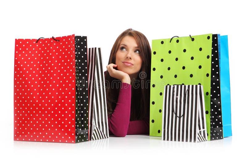 Mulher com os sacos de compra coloridos fotografia de stock